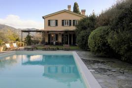 Villa con piscina tra gli ulivi di Rapallo