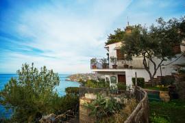 Seafront studio in a private villa