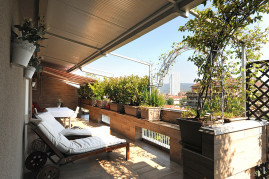 Una terrazza fiorita con vista panoramica